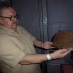 Bernd praesentiert das Stammtisch-Schild