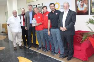 Gruppenfoto mit dem Schulleiter der deutschen Schule, Dubai, Herrn Blach