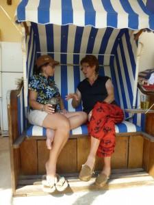 Carmen und Mara im Strandkorb