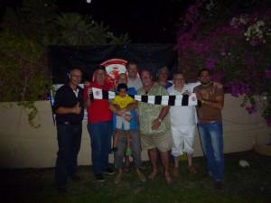 Die Bembelbeduinen haben sich zum Gruppenbild vor der Eintracht Fahne aufgestellt!
