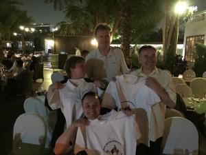 Vorstandsmitgliede Martin Geskes hat soeben die Logo-Hemden an Dr. Proeckl und Gattin Petra sowie an Sohn Florian ueberreicht.