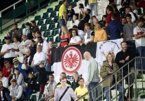 Die Bembelbeduinen haben das Stadion dekoriert mit der Eintracht Fahne und mit der Fahne der Bembelbeduinen!