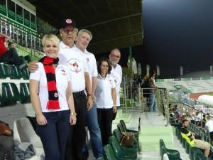 Die Bembelbeduinen sind zahlreich erschienen, um die Mannschaft zu unterstuetzen (von links: Mel, Hans Christian, Niels, Carmen und Ludger)