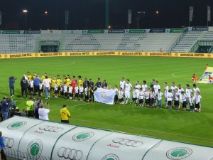 Vor dem Spiel: Die Schueler der Deutschen Internationalen Schule, Dubai sind mit den Mannschaften aufs Feld gelaufen.