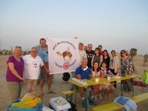 Das obligatorische Gruppenfoto mit unserer Vereinsfahne. Wo sollen Beduinen eigentlich sonst sein - als in der Wueste?