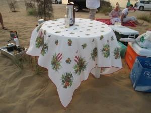 Der Adventszeit geschuldet - das weihnachtliche Muster der Tischdecke!